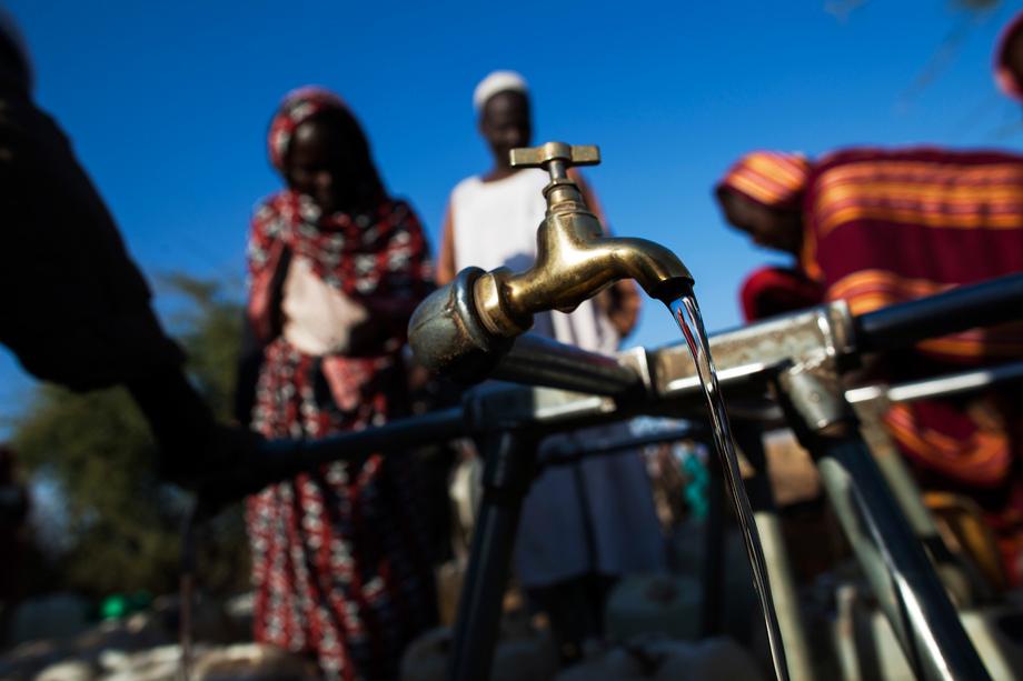 Deslocados internos no campo de Nifasha, Darfur do Norte, Sudão, têm acesso água só duas horas por dia. Foto: ONU/Albert González Farran