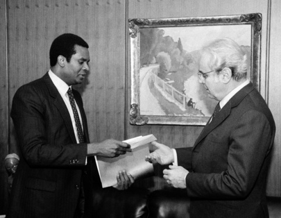 Secretary-General Receives Check from Special Committee Against Apartheid