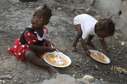 MINUSTAH Serves Meals in Haiti Slum for Anti-Gun Campaign
