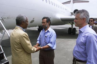 Secretário-Geral da ONU à época, Kofi Annan (esq.) é recebido em Dili, capital do Timor-Leste, pelo líder da independência Xanana Gusmão e o Administrador Transitório da ONU, o brasileiro Sérgio Vieira de Mello. (ONU/Eskinder Debebe, em 17 de fevereiro de 2000