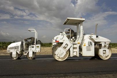 Les Casques bleus de la MINUSTAH construisent une route