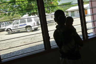 Silhouette d'une femme et d'un enfant