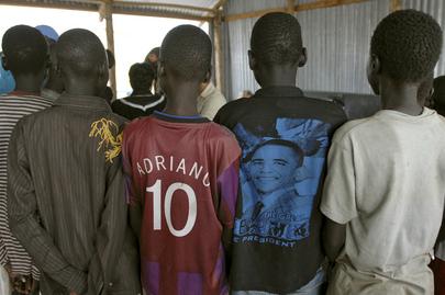 Quatre enfants soudanais vus de dos