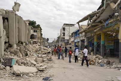 Centro da cidade de Port-au-Prince após o terremoto. Foto ONU/Logan Abassi