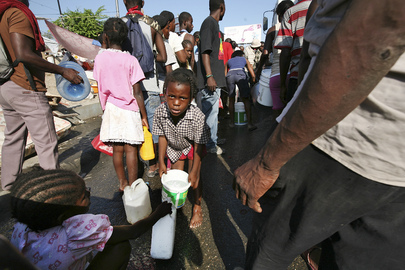 Haiti Quake Victims Queue for Water
