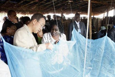Secretary-General Inspects Mosquito Net at Malawi Millennium Village