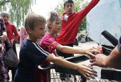 Uzbek Refugees Queue for Water, Displaced by Violence in Kyrgyzstan
