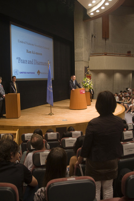 Secretary-General Holds Disarmament Dialogue at Waseda University