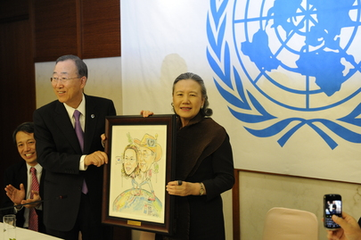 Secretary-General and Wife Receive Caricature from UN Staff