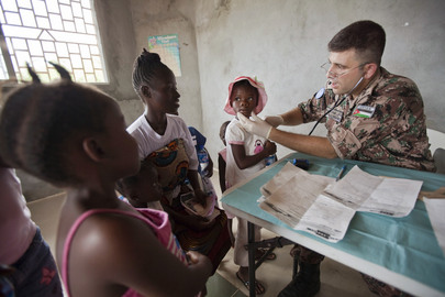 Jordanian Peacekeeper Gives Check-ups to Children in Liberia
