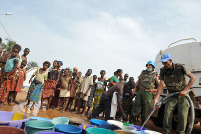 Peacekeepers Provide Water to Ivorians Displaced by Post-Electoral Fighting