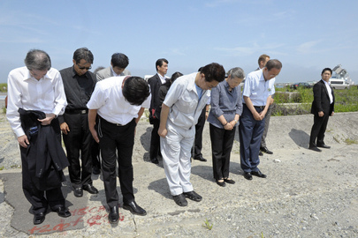 Secretary-General Visits Japanese Port Devastated by Tsunami