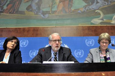 Membros da Comissão Independente Internacional de Inquérito das Nações Unidas (CoI) sobre a Síria: o Presidente, Paulo Sérgio Pinheiro (brasileiro, ao centro); Yakin Ertürk (à esquerda); e Karen Koning AbuZayd (à direita). (ONU/Jean-Marc Ferré)