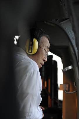 Secretary-General Sees Flood-Ravaged Bangkok from Helicopter