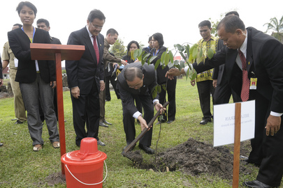 Secretary-General Plants Commemorative Tree in Central Kalimantan