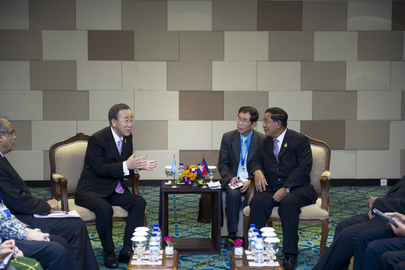 Secretary-General Meets Cambodian Prime Minister at Bali ASEAN Summit
