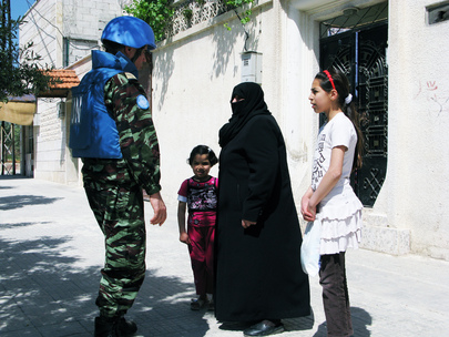 UN Observers Speak with Residents of Hama