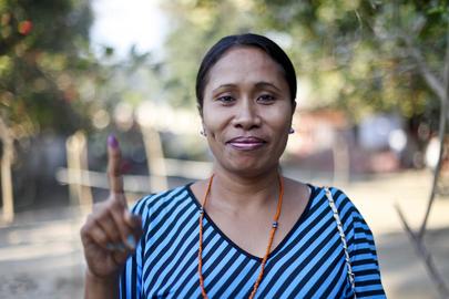 Uma eleitora da cidade de Dili exibe a prova de ter expressado sua voz nas urnas nas eleições parlamentares do Timor-Leste. (Foto: ONU/Martine Perret)