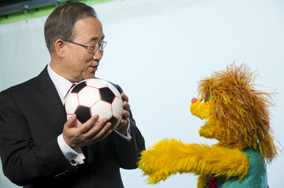 Secretary-General Meets HIV-Positive Muppet Kami