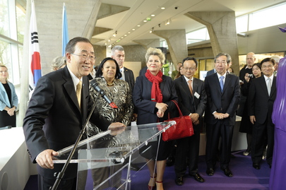 Secretary-General Donates School Textbook to UNESCO Exhibit