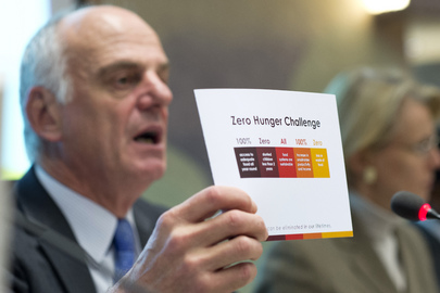David Nabarro, Special Representative of the Secretary-General on Food Security and Nutrition, holds up a card outlining the UN's Zero Hunger Challenge, a sweeping initiative launched at Rio+20 to end hunger everywhere, during a meeting at the UN Office at Geneva on next week's World Food Day (annually 16 October). 11 October 2012 Geneva, Switzerland