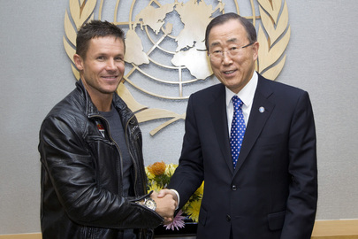 Secretary-General Meets Austrian Skydiver
