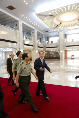 Secretary-General Ban Ki-moon (right) meets with Fang Fenghui (second from right), Chief of General Staff of the Chinese People's Liberation Army.  19 June 2013 Beijing, China