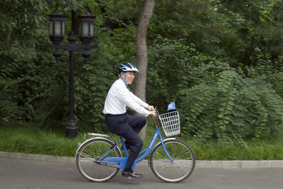 Secretary-General on Bicycle Break during State Visit in Beijing