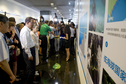 Secretary-General Tours Climate Change Exhibit in Beijing