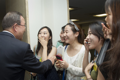 Secretary-General Greets Visitors on Tour of UNHQ