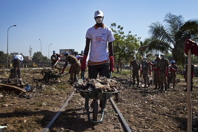 UN Volunteers Organize Clean-Up Campaign in Bamako