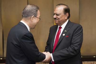 Secretary-General Meets with Pakistani President in Shanghai