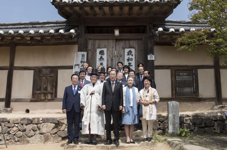Secretary-General Visits Andong Hahoe Folk Village