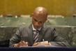 Foreign Minister of Comoros Signs Paris Agreement on Climate Change 4.343952