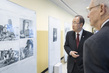 Secretary-General Views Photo Exhibit on 1950s Korea 0.041903246